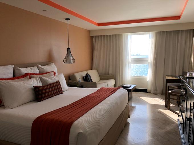 Những ngày ở Mexico, Đức Vincie ở khách sạn có tầm nhìn ra biển hơi đẹp. Giá phòng trên đây khoảng 3 đến 6 triệu/đêm. Chi phí ăn uống, vận động và mua tậu tại Mexico tương đương ở TP HCM.