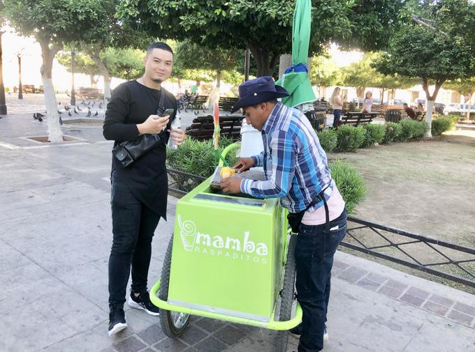 Ban ngày nhà thiet ke Việt đi dạo phố, thưởng thức những món ăn vặt ở vỉa hè. Anh nếm thử món kem với giá 5 xu Mexico (khoảng 6 -7.000 VNĐ/cây).