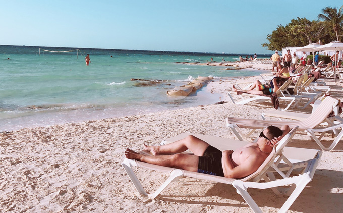 Sau vài ngày ở Hermosilo, Đức Vincie bay tới Cancun tắm biển. Nước biển tại đâyxanh ngắt, bờ biển cát trắng mịn, khí hậu nhiệt đới quanh năm ấm áp. Nơi này được mệnh danh là thiên đường của khách du lịch.