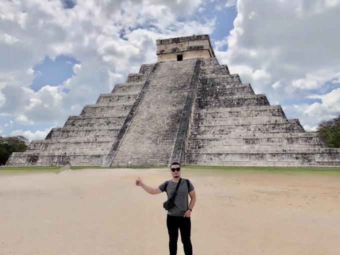 Sau khi nghỉ dưỡng tại Cancun, anh tiếp tục lên đường thăm những dự án kỳ quan của thế giới và khám phá về nền văn minh Maya cổ xưa. Anh chụp ảnh trước kim tự tháp cổ Phetan. Vé vàokhu vực này là 150 USD.