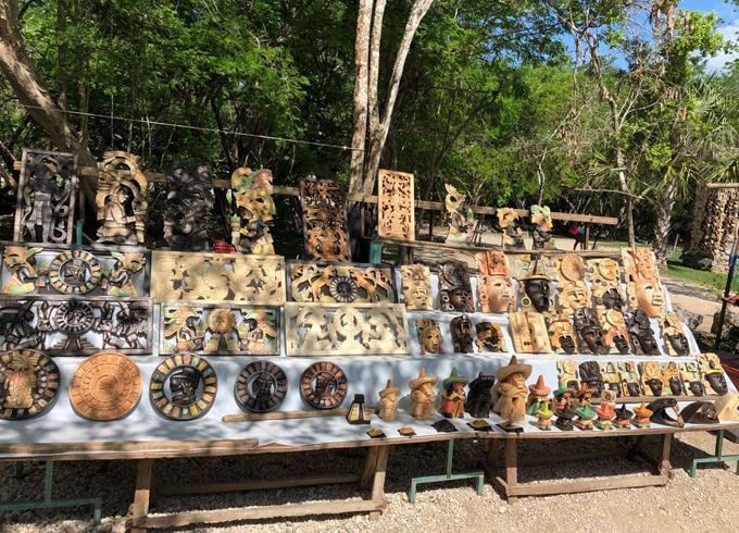 Sau lúc tham quan, khám phá nền văn minh Maya, du khách có thể mua các món quà lưu niệm độc đáo bày bán ở ven đường.