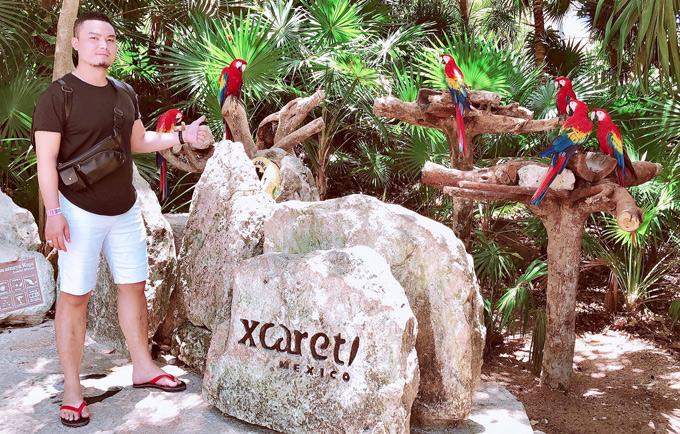 Tiếp đó, Đức Vincie thăm công viên Xcaret và chụp hình với những chú vẹt đầy màu sắc. Vé vào công viên là 150 USD.