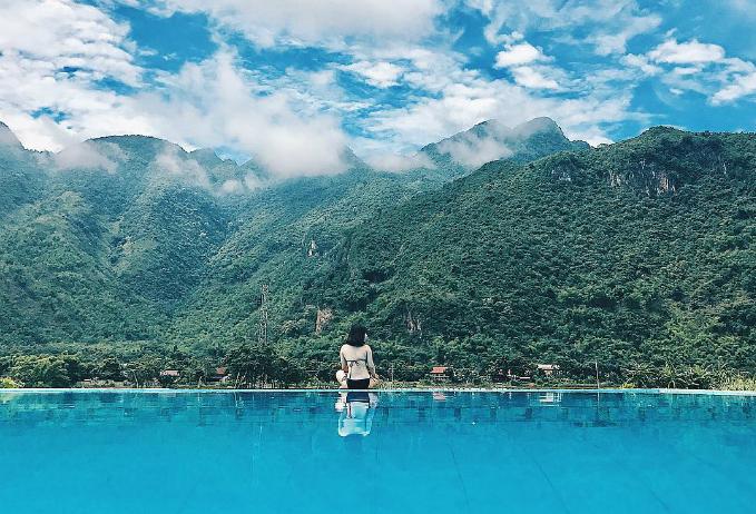 Sol Bungalows Resort - Mai ChâuSol Bungalows nằm ở huyện Mai Châu tỉnh Hòa Bình, vốn cũng khá quen thuộc với các tín đồ mê dịch chuyển miền Bắc. Nằm trên xã Chiềng Châu,Sol Bungalows lạc giữa núi rừng, ruộnglúa và cây cối xanh tươi. Đặc biệt, khu nghỉ sở hữu 1 bể bơi ko kể trời có thể tích tương đối lớn, nhìn xuống đồng lúa rộng mênh mông.