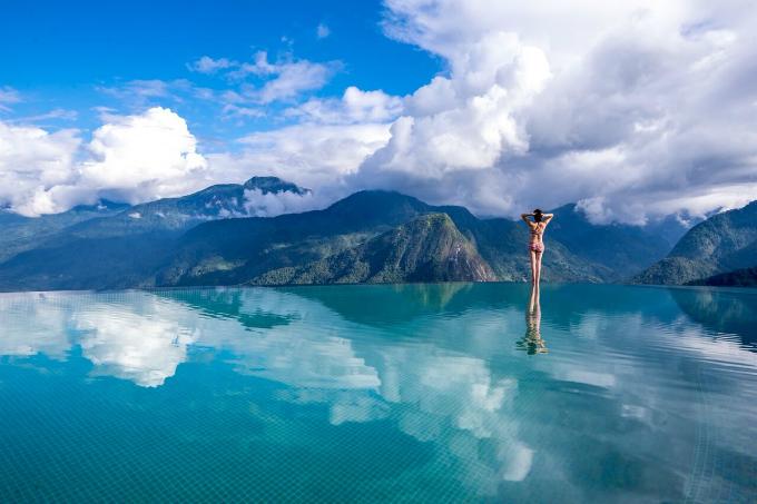 Bể bơi trên Topas Ecolodge, Sa Pa Có lẽ không bắt buộc kể nhiều bởi đây là cái tên quá quen thuộc tại miền Bắc, đặc trưng là trên Sapa. Khu nghỉ này luôn trong tình trạng cháy phòng vào kỳ nghỉ hè. Một trong các điểm kéo tới du khách tìm đến nơi đây chính là khu bể bơi vô cực to nhất Việt Nam, nằm ở 1 sườn đồi cao 900 m so với mặt nước biển, khoảng trống sắp 100m2, in hình mây núi siêu ảo diệu.