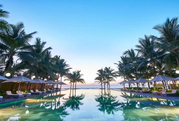 Bể bơi hướng ra biển, in bóng hai hàng dừa lãng mạn đậm chất thuần Việt, mang đến hình ảnh rất đặc biệt cho khu nghỉ sang trọng này.Nằm trên bãi biển Mỹ Khê xinh đẹp, Fusion Maia phân phối các biệt thự 5 sao với hồ bơi riêng của từng villa, ngoại trừ hồ bơi chung.