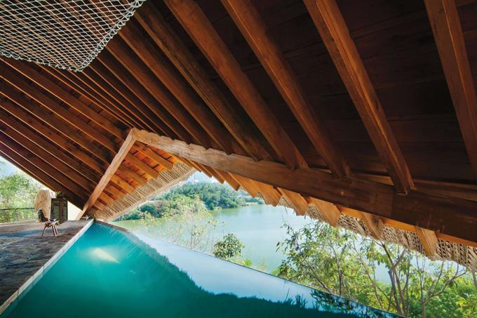 Cái tên cuối cùng được góp mặt trong danh sách là I-Resort Tent nằm ở xã Vĩnh Ngọc, phương pháp trung tâm TP Nha Trang khoảng 7 km.Khu nghỉ này hơi mới lạ với ngay cả du khách Việt Nam nhưng bất ngờ được những du khách quốc tế bình chọn.