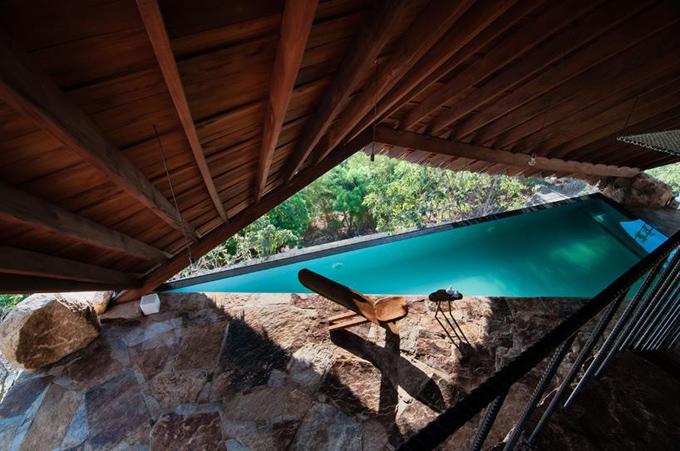 Bể bơi tại khu nghỉ dưỡng độc đáo tại chỗ có mái che dựng bằng gỗ và lợp lá tạo bóng mát tựa như các mái căn hộ ở nông thôn Việt nam.Từ đây, bạn có thể nhìn thẳng ra khoảng không rợp bóng cây xanh, mang tới thể tích sắp gũi thiên thiên.