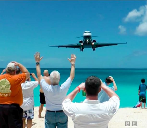 Bãi biển thần chết - vị trí du khách tắm ngay dưới bụng máy bay - 1