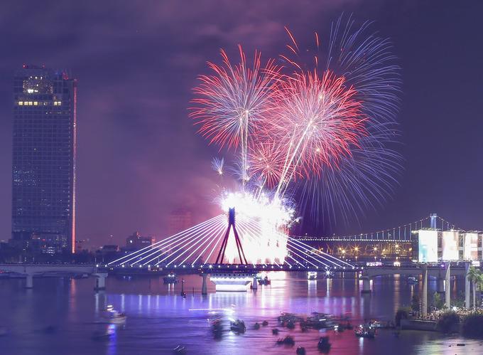 Màn diễn pháo hoa của Mỹ – Pháp sáng rực sông Hàn
