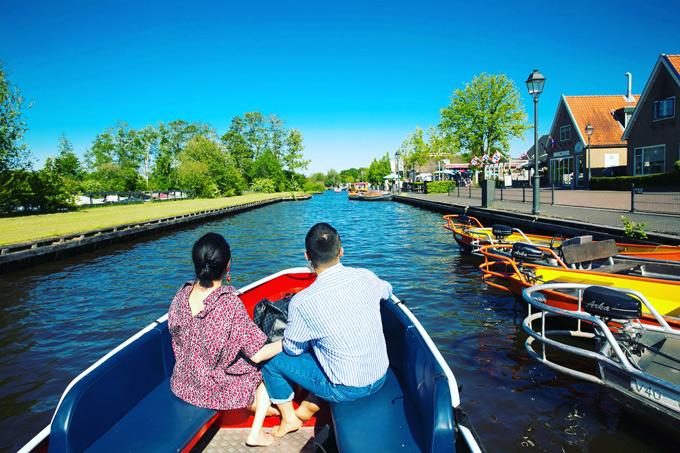 Làng Giethoorn mang vẻ sang trọng bình yên, với khung cảnh sông nước thơ mộng, cây cối mọc xanh rì. Nơi này không có khói bụi và tiếng ồn của xe cộ. Khi tới đây, khách du lịch cần để xe khá tại bên cạnh làng, thuê thuyền thì thầm (Whisper Boat) có động cơ ko gây tiếng ồn để đi thăm một vòng ngôi làng bằng đường thủy hoặc bắt buộc đi bằng đường bộ, qua 176 cây cầu gỗ.