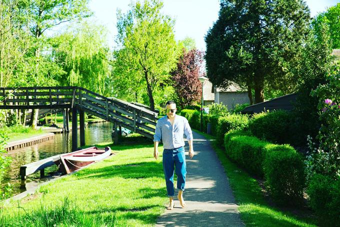 Vũ Khắc Tiệp mất khoảng hơn 2 giờ để khám phá khu làng cổ tuyệt đẹp. Mỗi mùa, làng Giethoorn lại mang 1 màu sắc khác nhau. Mùa hè trên đây bầu trời trong vắt, cây cối phủ 1 màu xanh mát mắt, đầy sức sống.