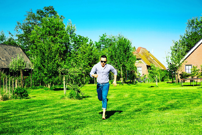 Bầu Tiệp thích thú cởi giày, chạy chân trần trên thảm cỏ mượt như nhung.