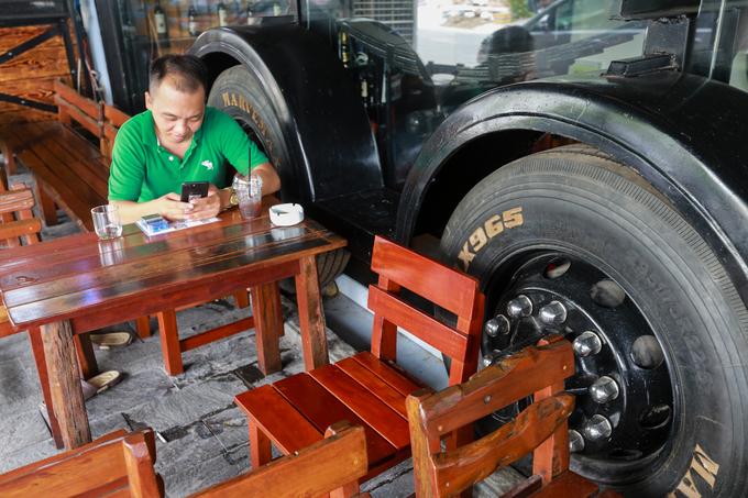 Quán cà phê xe đầu kéo container trên Sài Gòn