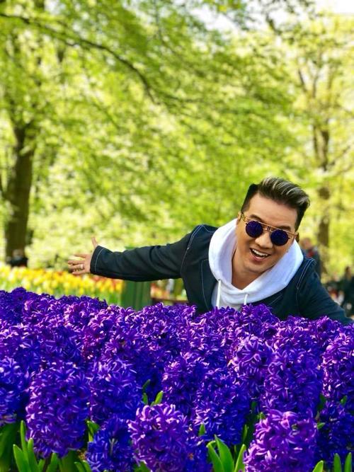 Nơi Đàm Vĩnh Hưng ghé qua chính là vườn hoa nổi tiếng thế giớiKeukenhof thuộc thị trấn Lisse, nằm tại phía Nam thủ đô Amsterdam (Hà Lan), nơi còn có tên gọi khác là Vườn châu u hay vườn hoa lớn nhất thế giới.Với khuôn viên rộng khoảng 32 ha, công viên này là vị trí gieo trồng khoảng 4,5 triệu củ tulip thuộc 100 loại, cộng 2.500 cây hoa những loại, nâng tổng số lên 7 triệu cây hoa thuộc 1.600 loại khác nhau.