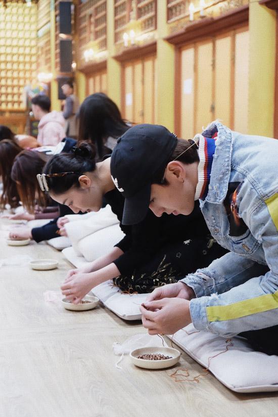 Văn Mai Hương và Bình Ancó dịp thực hiệnnghi lễ khiến tràng hạtvới 108 hạt gỗ. Hai nghệ sĩ nhắc rằng, mỗi lần xâu 1 hạt, cả hai phải quỳ và lạy 1 lần. Mất hơn một giờ đồng hồ, cả hai mớihoàn thành tràng hạt.