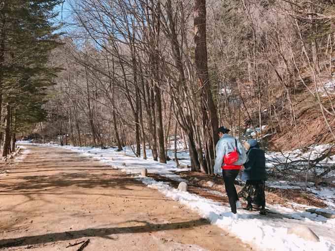 Văn Mai Hương chia sẻ, khi cô và nam diễn viên Bình An tới chùaWoljeongsa vào giữa tháng 3, băng tuyết vẫn phủ khắp khu rừng thông buộc phải khung cảnh trở buộc phải lãng mạn như trên phim.