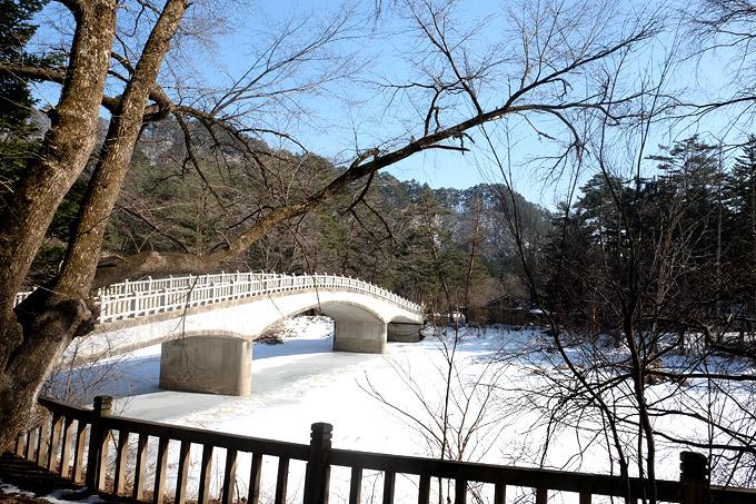Con sông nằm dưới chân ngôi đềnvẫn đóng băng vào giữa tháng 3.