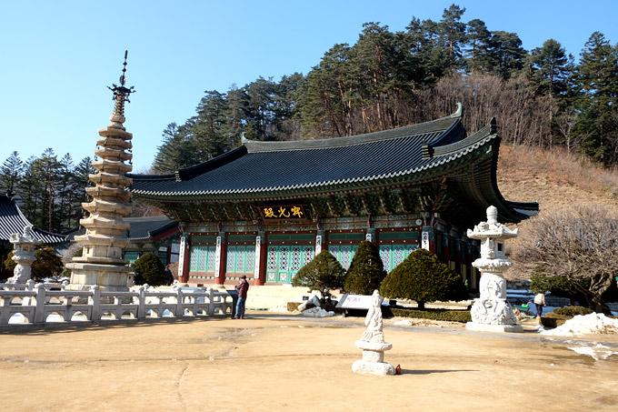 Giữa sân đền là tháp đáchín tầng hình bát giác, xuất hiện từ triều đại Goryeo (918-1932). Tòa tháp này cao 15m, tại mỗi tầng đều có treo chuông gió.
