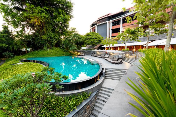 Không gian cỏ cây, vườn tược, hoàn toàn tách biệt với một Singapore hiện đại, nhiều khối nhà cao tầng bê tông ngột ngạt phía bên trong trung tâm. Tới đây, du khách có thể vô tư đắm chìm trong sự tĩnh lặng, trong lành của vườn cây, hít thở gió biển trong 1 tổ phù hợp biệt lập.