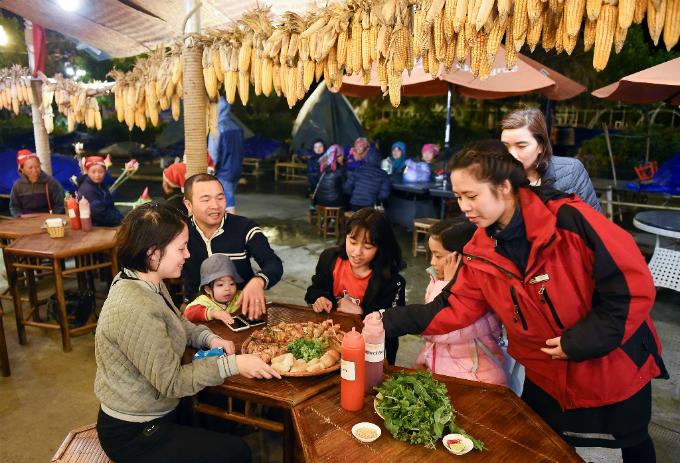 Đêm xuống, Fansipan lạnh tựa đầu mùa đông. Nhiều gia đình và nhóm bạn ngồi bên quán nhỏ dưới chân núi, tận hưởng các mẹt lợn bản nướng thơm lừng.