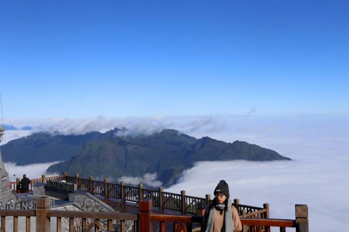 Trên khu vực đỉnh là biển mây bồng bềnh. Du khách có thể khoác áo ấm và tận hưởng sự se lạnh của không khí.