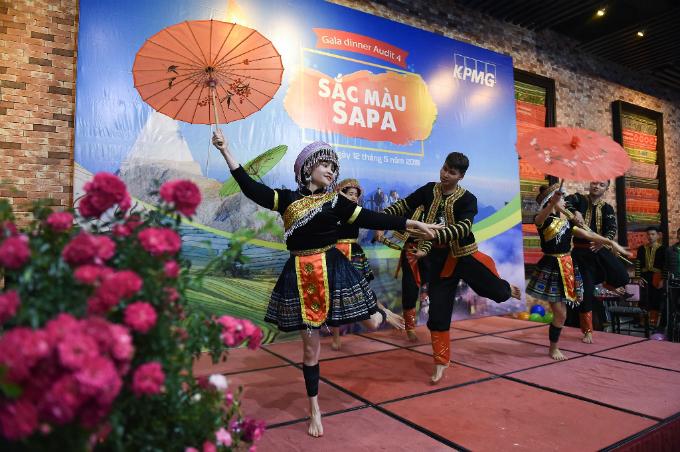 Đêm Sun World Fansipan Legend còn vui rộn rã, bởi các tiếng khèn điệu múa rộn ràng vị trí nhà hàng Hải Cảng trong khu vực Ga đi cáp treo.