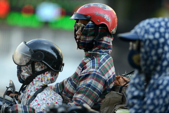 Tại thủ đô, từ 7h sáng, cư dân thủ đô đã phải bịt kín cơ thể bằng khăn, mũ, áo khoác nhằm chống lại nắng rát và cái nóng 38-40 độ C.